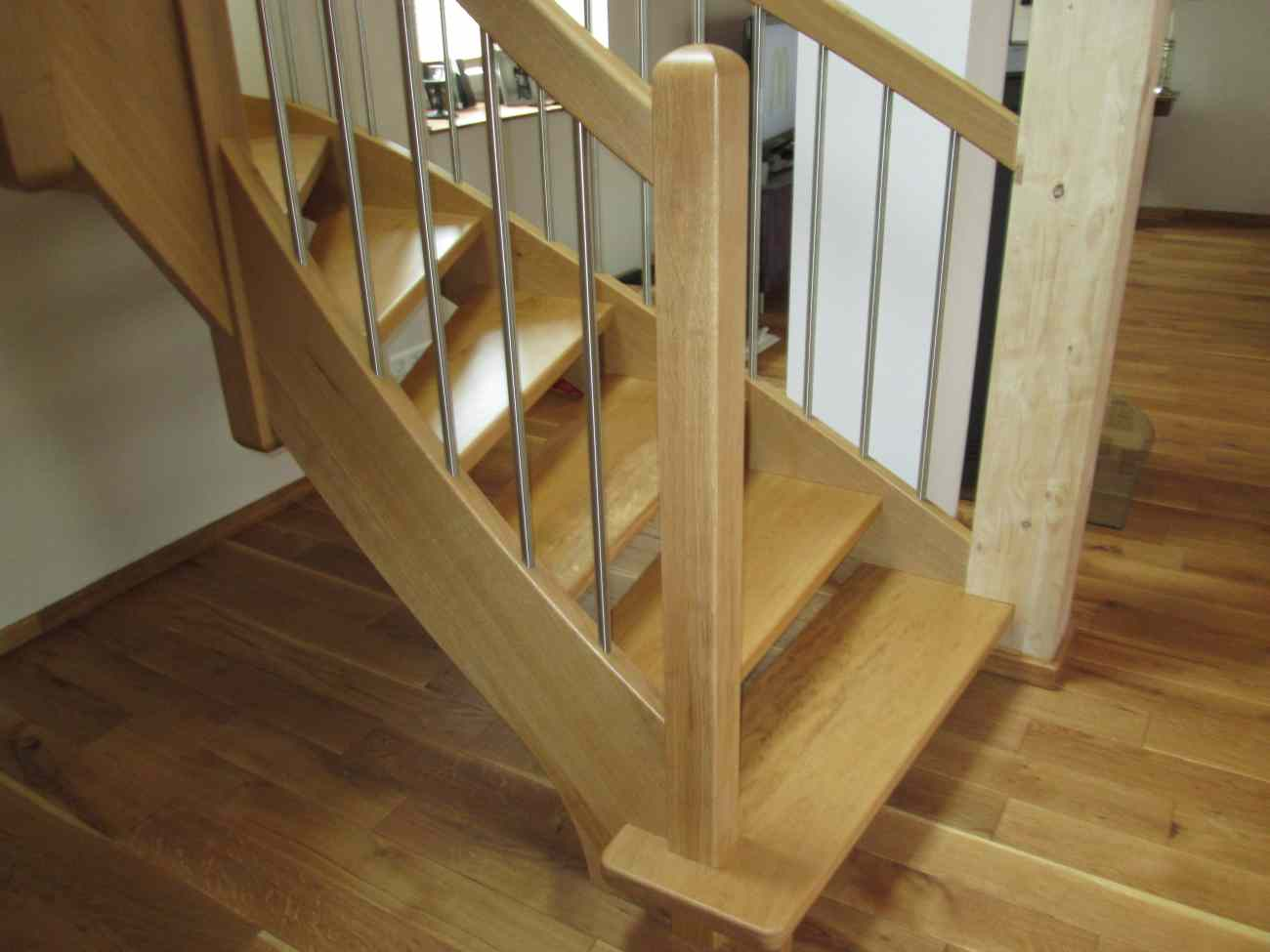 Treppe aus eichenholz mit edelstahl gel nderst ben for Treppe aufarbeiten