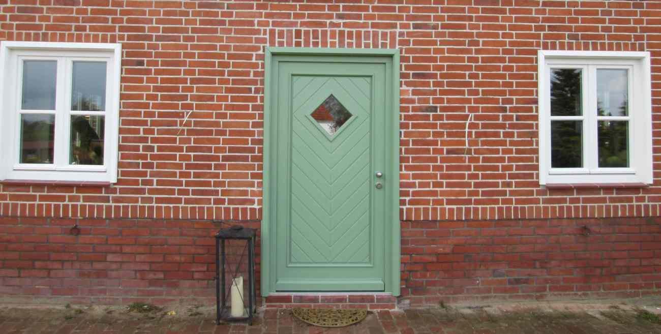 Haustür in  RAL 6021 blassgrün