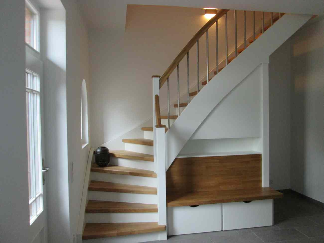 Treppe mit sitzbank und ablagefach fertig tischlerei for Treppe aufarbeiten