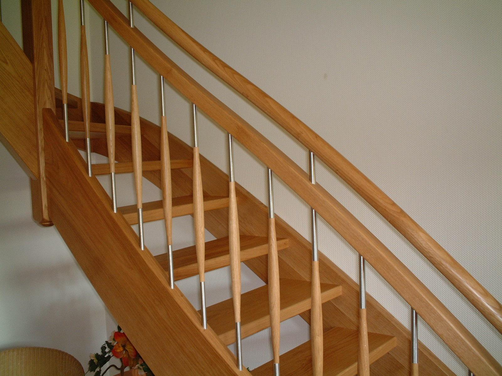 Treppe mit doppeltem Handlauf