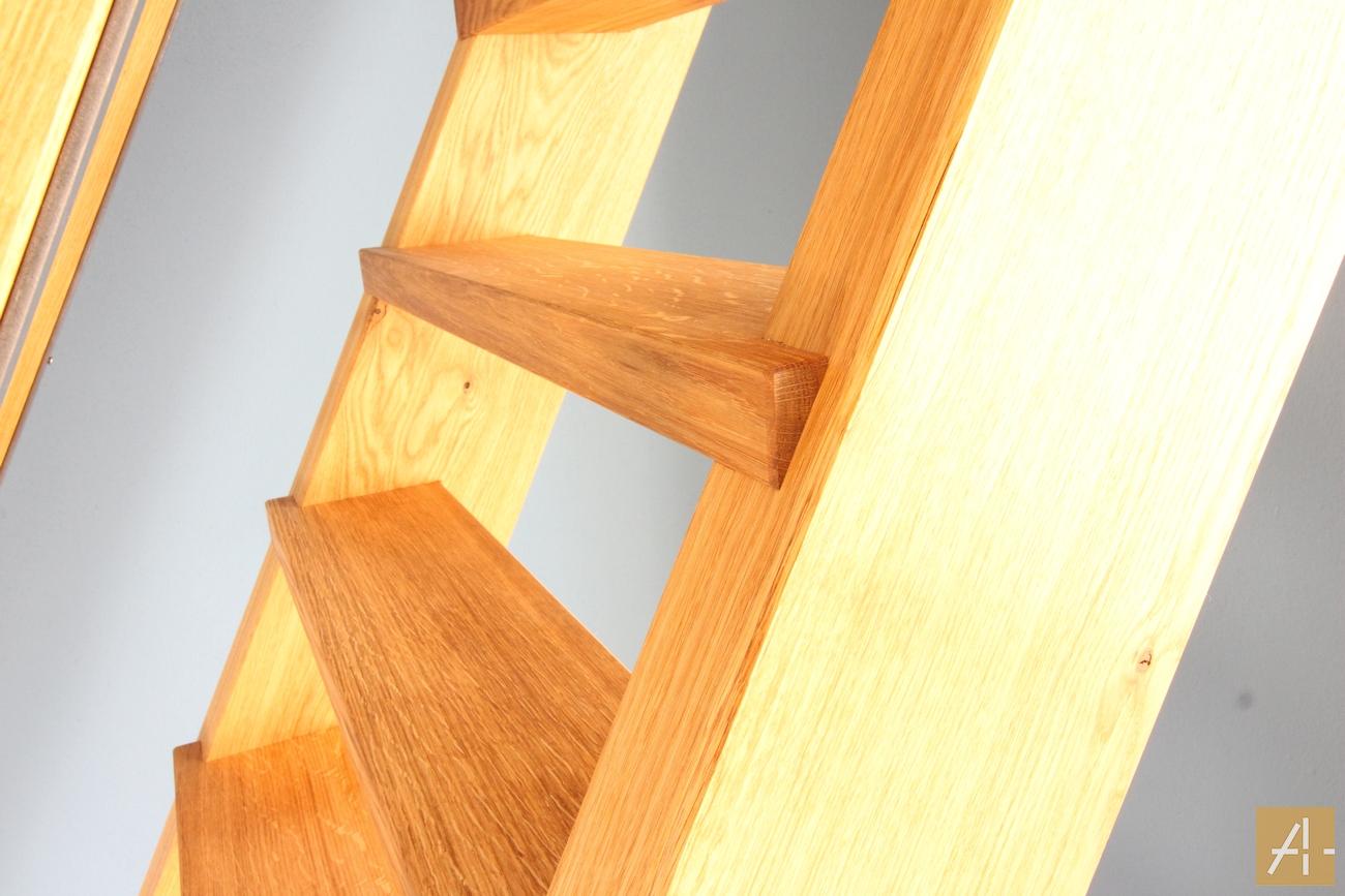 Eingeschobene Treppe ohne Setzstufen und Klappe zum Dachboden