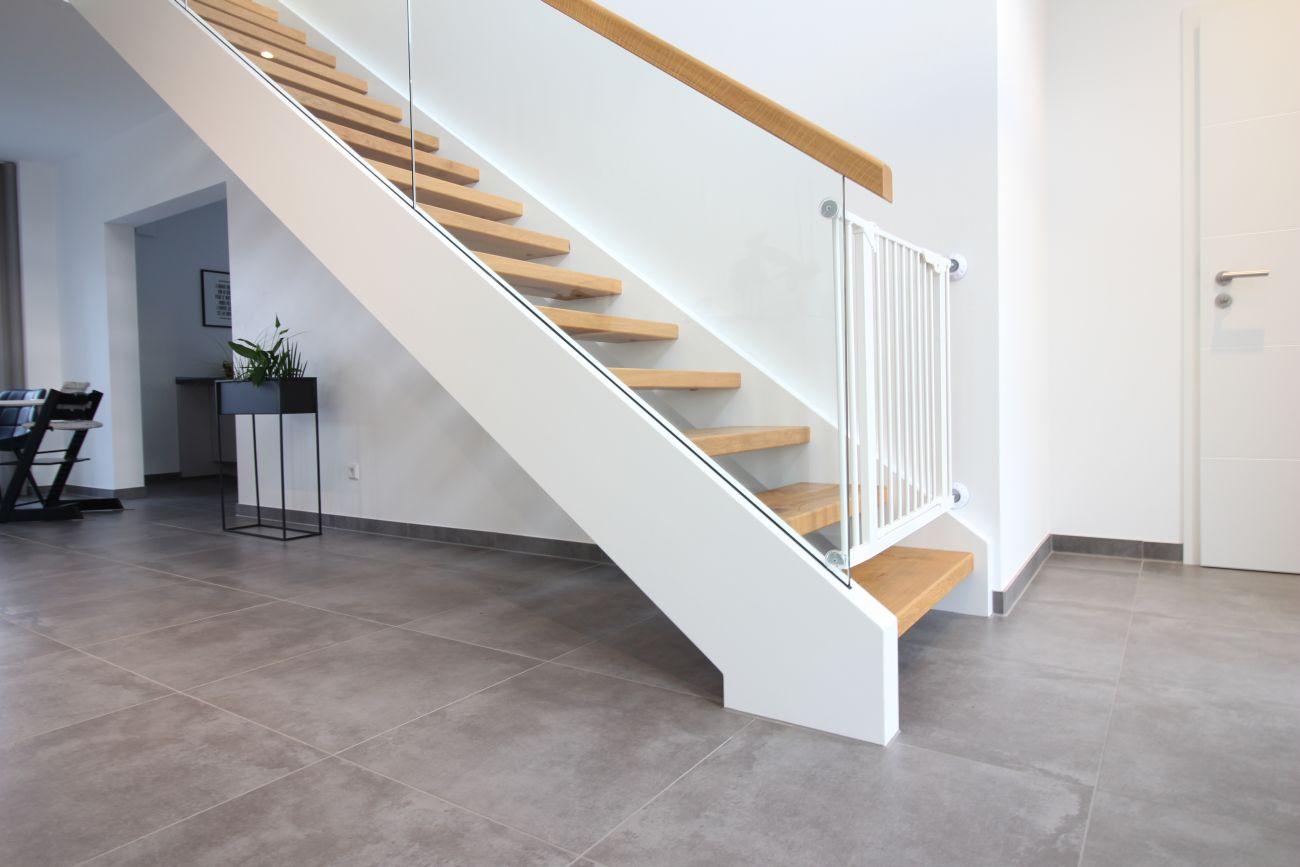Treppe mit Geländer aus Glas